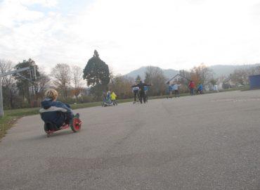 Kinder testen die neuen Fahrzeuge